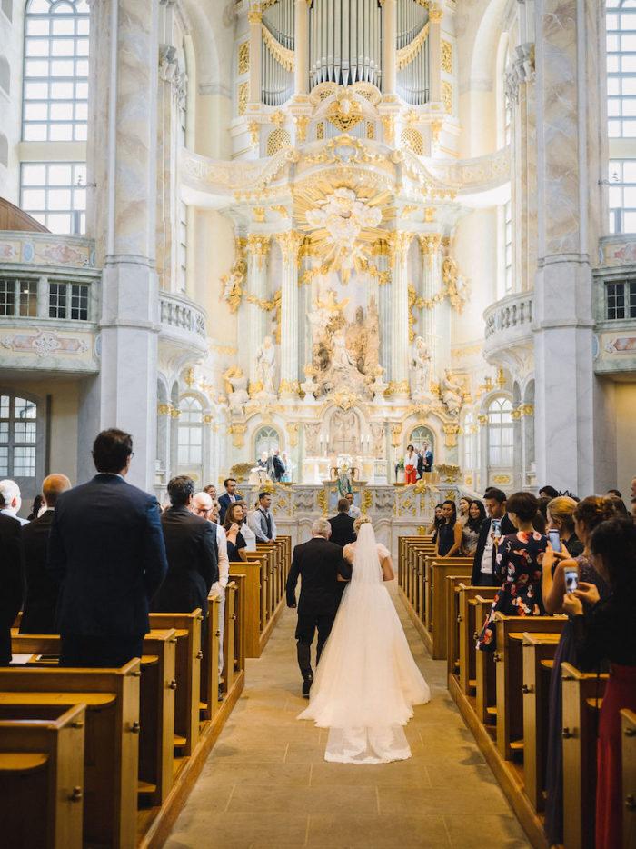 Eine wunderschöne Hochzeitsreportage in der Frauenkirche und in Schloss Eckberg in Dresden. Eine Stilvolle Hochzeitspapeterie und Hochzeitsdeko durfte dabei nicht fehlen. Das Brautpaar hatte eine perfekte Sommerhochzeit.
